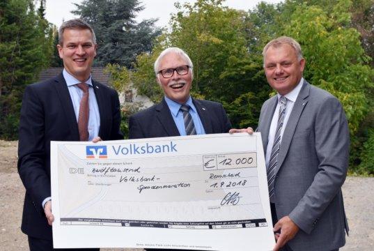12.000 Euro spendet die Volksbank – vertreten durch den Vorstand Hardy Burdach, Lutz Uwe Magney und Andreas Otto (v.l.) - beim Spendenmarathon an Verein in ihrem Geschäftsgebiet. (Foto: © Volksbank/Jürgen Moll)