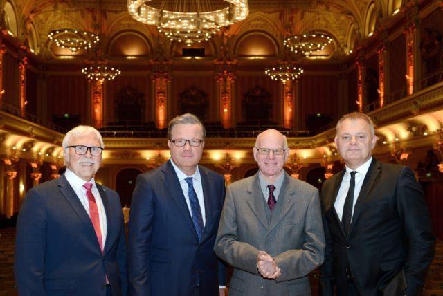 Norbert Lammert (2.v.re.) war der Redner beim diesjährigen Volksbank-Symposium. Die Vorstände Andreas Otto (r.) und Lutz Uwe Magney (l.) sowie Aufsichtsratsvorsitzender Thomas Schäfer (2.v.l.) begrüßten ihn in der Historischen Stadthalle. (Foto: © Volksbank/Bettina Osswald)