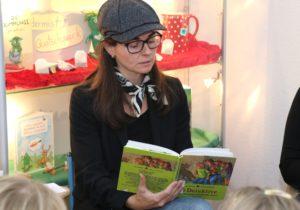 Katja Jansen von der Volksbank im Bergischen Land las am Freitag den Kids der Grundschule Yorckstraße vor. (Foto: © Bastian Glumm)
