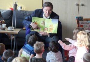 "In der Stadtbibliothek las Oberbürgermeister Tim Kurzbach Kindern der Kita ""Klingenbande"" vor. (Foto: © Bastian Glumm)"