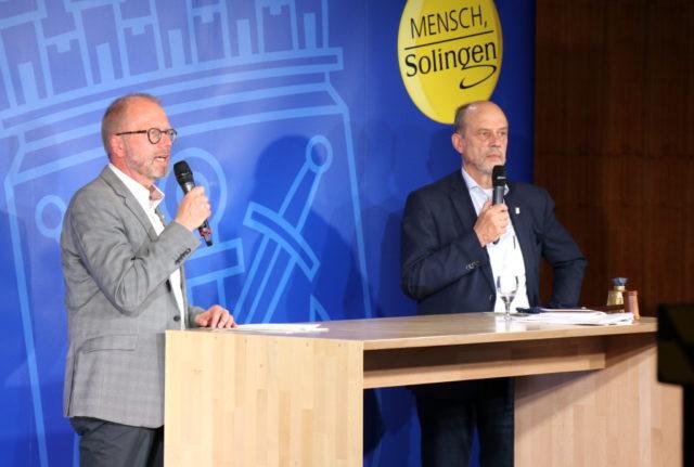 Lutz Peters (li.), Pressesprecher der Stadt Solingen, mit Stadtdirektor Hartmut Hoferichter, der als Wahlleiter fungierte. (Foto: © Bastian Glumm)
