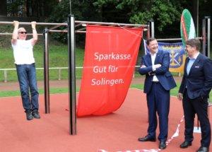 """An der neuen """"Turnbar"""" können auch Klimmzüge gemacht werden. Sehr zur Freude von Oberbürgermeister Tim Kurzbach (mi.) und Sportbund-Präsident Detlef Wagner. (Foto: © Bastian Glumm)"""