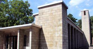 Die renovierte und neugestaltete Trauerhalle des Waldfriedhofs in Ohligs am Hermann-Löns-Weg. (Archivfoto: © Bastian Glumm)