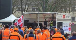 Die Gewerkschaft Verdi hatte gestern zum Warnstreik aufgerufen. Auf dem Rathausplatz versammelten sich mittags zu einer Kundgebung mehrere Hundert Menschen. (Foto: © Tim Oelbermann)