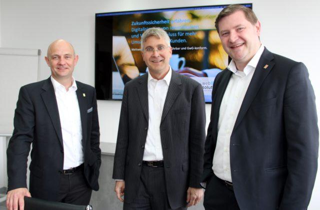 Thomas Fürst (mi.) ist Geschäftsführer der WebID Solutions GmbH. Er begrüßte am Mittwoch Oberbürgermeister Tim Kurzbach (re.) und Frank Balkenhol, Geschäftsführer der Solinger Wirtschaftsförderung, in den Räumen des Unternehmens an der Kieler Straße. (Foto: © B. Glumm)