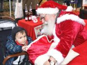 Gunter Felix vom Felix Kids-Club war am Wochenende auf dem Aufderhöher Weihnachtsmarkt in Bethanien der Weihnachtsmann, sehr zur Freude der vielen Kinder. (Foto: © Bastian Glumm)