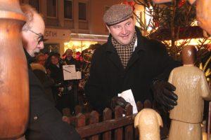 Aues Bürgermeister Hans Beck und Gastgeber Oberbürgermeister Tim Kurzbach (re.) walteten ihrer Ämter und schoben gemeinsam die Weihnachtspyramide an. (Foto: © Bastian Glumm)