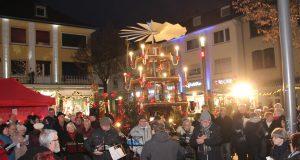 Die Weihnachtspyramide auf dem Alten Markt dreht sich seit Samstagnachmittag wieder. Mehrere Hundert Menschen kamen zusammen, um gemeinsam Weihnachtslieder zu singen. (Foto: © Bastian Glumm)