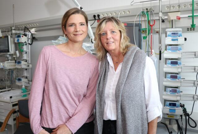 Anja Halstenbach (li.) und ihre Kollegin Annegret Oelmann sind Kinderkrankenschwestern und Stillberaterinnen im Klinikum Solingen. (Foto: © Bastian Glumm)