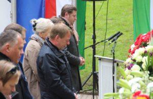 Die diesjährige Gedenkstunde wurde von der Stadt Remscheid ausgerichtet. Remscheids Oberbürgermeister Burkhrad Mast-Weisz (SPD, Mitte) hielt eine Ansprache. Die Stadt Solingen vertrat Oberbürgermeister Tim Kurzbach (hinten). (Foto: © B. Glumm)