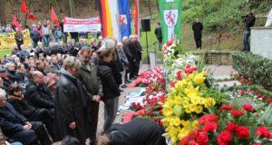 Mehrere Hundert Menschen kamen am Sonntag zur Gedenkveranstaltung am Wenzelnberg. Es wurde der 71 Häftlinge gedacht, die dort am 13. April 1945 von SS-Leuten ermordet wurden. (Foto: © B. Glumm)