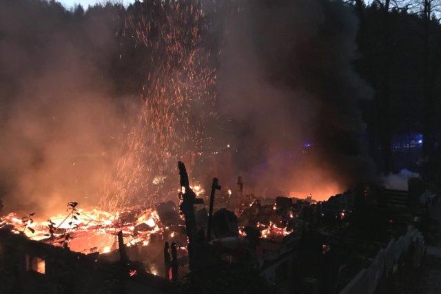 Am Freitagmorgen wurde die Feuerwehr zu einem Brandeinsatz zum Wiesenkotten gerufen, das dortige Gebäude brannte vollständig aus. (Foto: © Feuerwehr Solingen)