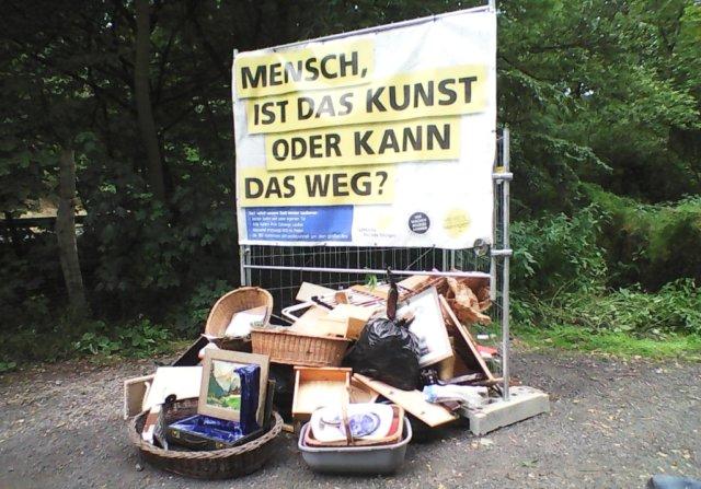 Auf dem Wanderparkplatz an der Westhausener Straße markierten die TechnischenBetriebe jetzt erstmals eine wilde Kippe mit einem Banner. (Foto: © TBS)