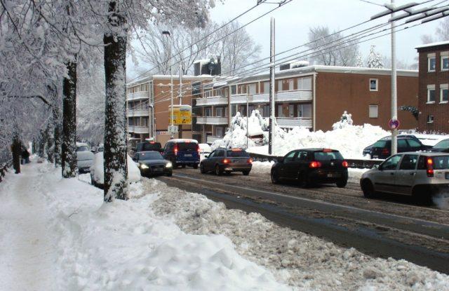 Der DWD warnt vor starkem Schneefall: In der Nacht auf Freitag sollen in Solingen bis zu 20 Zentimeter Neuschnee fallen. Autofahrer sollten sich darauf einstellen. (Archivfoto: B. Glumm)