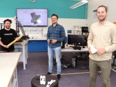 Entwickeln gemeinsam ein Bambus-Lastenrad aus dem 3D-Drucker: v.li. Phil Derichs und Evgeniy Khavkin von der Solinger Wirtschaftsförderung mit Gründer Markus Krawietz. (Foto: © Bastian Glumm)