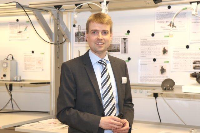 Prof. Dr. Sebastian Weber leitet seit 2014 die Stiftungsprofessur für neue Fertigungstechnologien und Werkstoffe in Solingen. Er eröffnete am Mittwochabend den Solinger Wissenschaftsladen. (Foto: © Bastian Glumm)