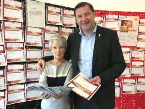 Starteten heute die diesjährige Wunschzettel-Aktion: Annemarie Kister-Preuss von der Solinger Tafel und Oberbürgermeister Tim Kurzbach. (Foto: © Stadt Solingen)