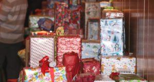 Die Wunschzettel-Aktion findet coronabedingt in diesem Jahr etwas anders statt. Anstelle selbst verpackter Geschenke wird um Spenden für die Tafel-Kinder gebeten. (Archivfoto: © Bastian Glumm)