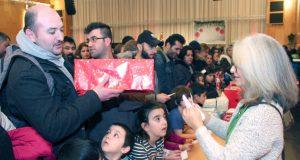 Groß war die Freude bei den Kindern und ihren Eltern, als sie gestern im Theater und Konzerthaus ihr Geschenk abholen konnten. (Foto: © Bastian Glumm)