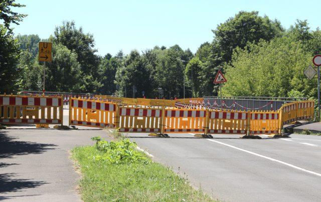 Die gesperrte Wupperbrücke nach Leichlingen wird möglicherweise demnächst zumindest einspurig wieder geöffnet. (Foto: © B. Glumm)