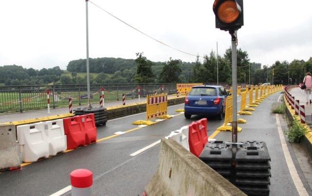 Wegen Bauschäden an der alten Wupperbrücke dürfen seit Sommer 2017 nur noch Fahrzeuge mit einem Gesamtgewicht von bis zu 3,5 Tonnen passieren. Jetzt wird die Behelfsbrücke montiert. (Archivfoto: © Bastian Glumm)