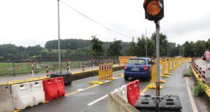 Wegen Bauschäden an der alten Wupperbrücke dürfen seit dem vergangenen Sommer nur noch Fahrzeuge mit einem Gesamtgewicht von bis zu 3,5 Tonnen passieren. (Archivfoto: © Bastian Glumm)