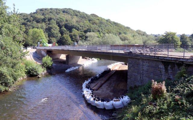 Ab kommender Woche wird die marode Wupperbrücke zwischen Haasenmühle und Nesselrath abgerissen. Letzte vorbereitende Arbeiten dazu finden derzeit statt. (Foto: © Bastian Glumm)