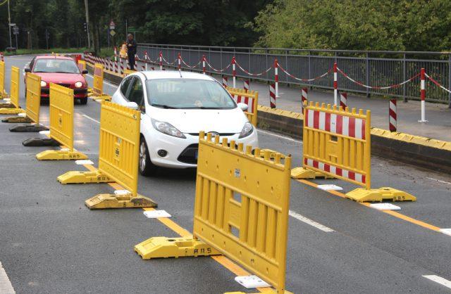 Seit Freitagvormittag rollen auch wieder Fahrzeuge über die Wupperbrücke von und nach Leichlingen. (Foto: © B. Glumm)
