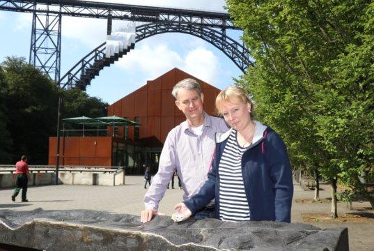 """Miriam und Thomas Gatawetzki-Köppchen legen ihre """"Wuppersteine"""" aus, die kunstvoll bemalt sind und weitergetragen werden sollen. Auf Facebook kann die Reise der Steine nachvollzogen werden. (Foto: © Bastian Glumm)"""
