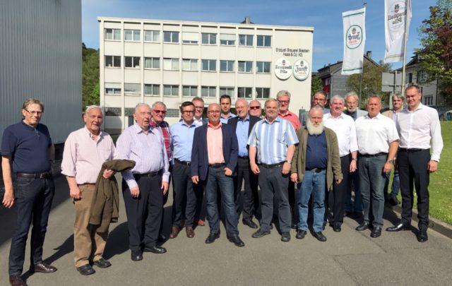Gemeinsam mit der Stadt-Sparkasse besuchten die ehemaligen Redner der Zöppkesmahlzeit am Dienstag die Erzquell Brauerei in Wiehl-Bielstein. (Foto: © Stadt-Sparkasse Solingen)