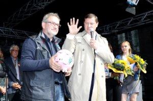 Falk Dornseifer (li.) - hier mit Oberbürgermeister Tim Kurzbach - ist Vorsitzender des Solinger Brauchtumsverein, der den Zöppkesmarkt veranstaltet. Er wünscht sich für die Zukunft noch mehr private Trödler bei der Großveranstaltung. (Foto: © Bastian Glumm)