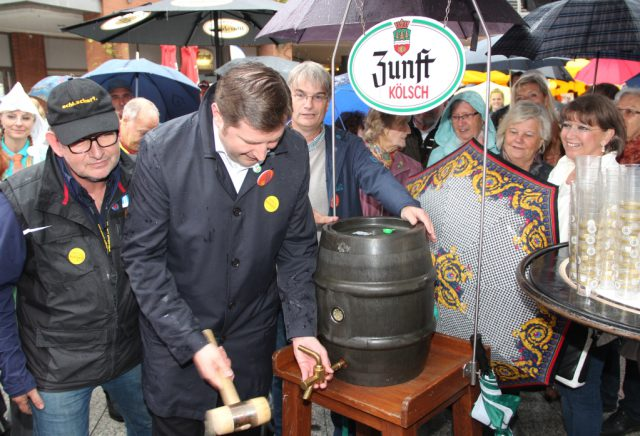 Am Freitagnachmittag eröffnete Oberbürgermeister Tim Kurzbach den 49. Zöppkesmarkt und stach auch direkt ein Fässchen Kölsch an. Falk Dornseifer (li.), Vorsitzender des veranstaltenden Vereins zur Förderung des traditionellen Solinger Brauchtums, schaute ihm dabei über die Schulter. (Foto: © B. Glumm)